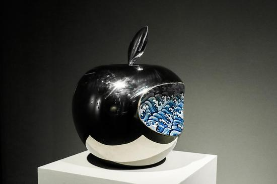 Apple - CHINA,陶瓷,38x42x48cm,2008,李立宏