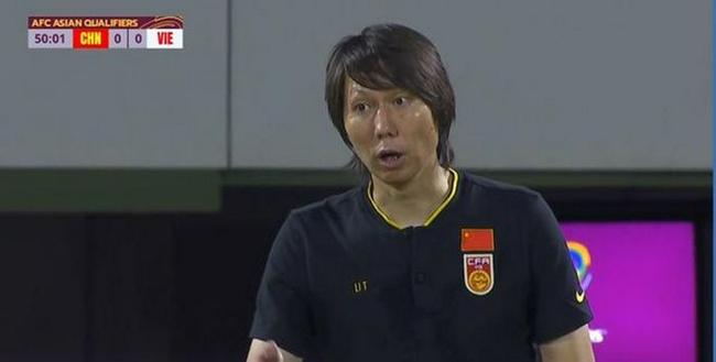 国足12强赛武磊绝杀越南后,李铁在场边吹起了刘海!