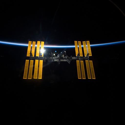 图中是从发现号航天飞机观测的国际空间站,当时这两个航天器开始相对分离。