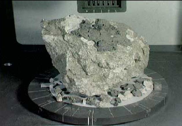 阿波罗16号宇航员从月球高地采集的44亿年前的斜长岩样本。