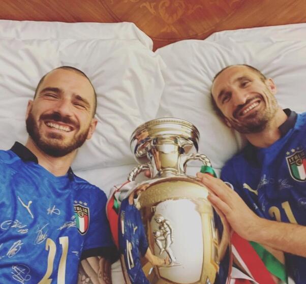 与宝贝欧洲杯吃睡在一起!意大利双神爱死这奖杯