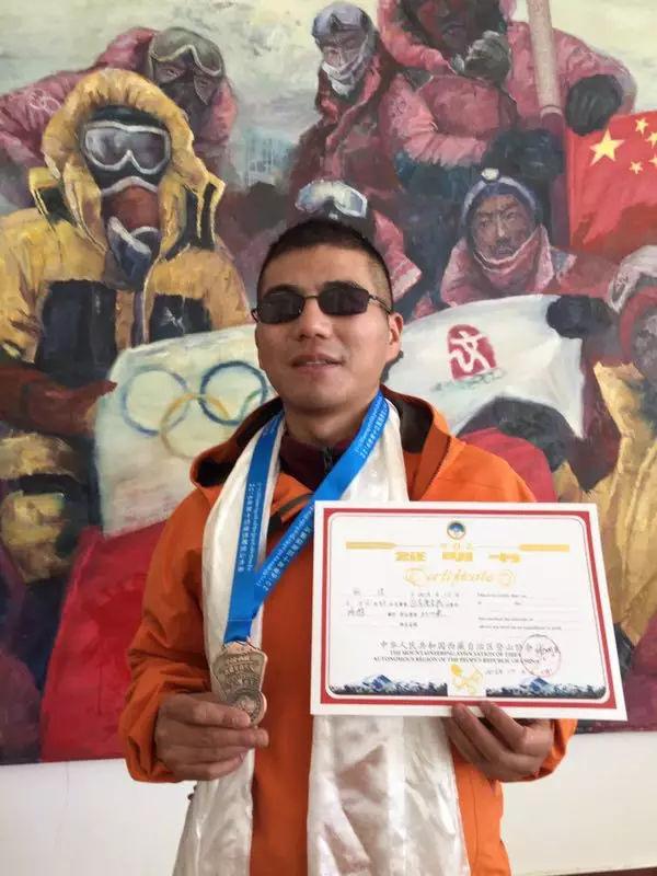 中国盲人张洪成功登顶珠峰 亚洲第一人世界第二人