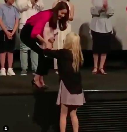 泰妍冲到台前献花,害羞地跑走
