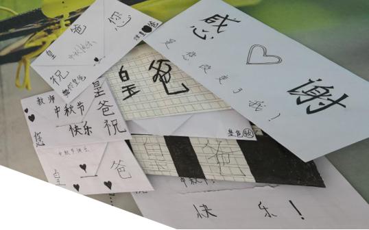 学生亲手制作的节日卡片(供图)