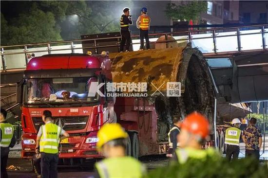 财经报道热搜:杭州撞塌天桥肇事车隐瞒超限事实 未办超限通行许可
