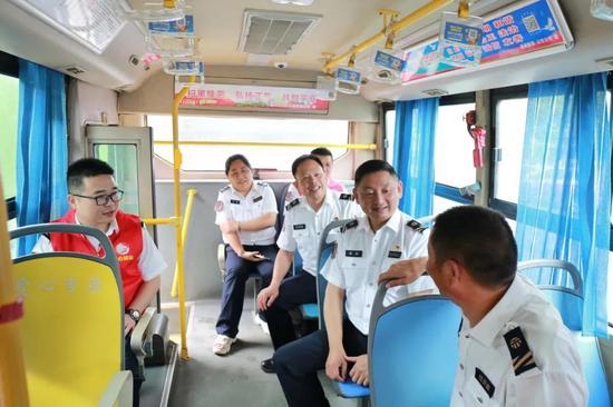 嘉兴公交公司走访慰问困难职工和结对困难家庭