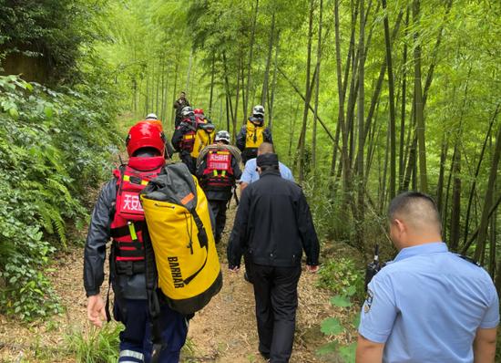 钓鱼爱好者峡谷摔伤 天台警民合力4小时救援