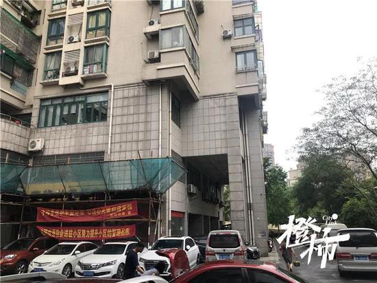 杭州高空坠物的凤凰南苑又出事 有水泥掉落砸中汽车