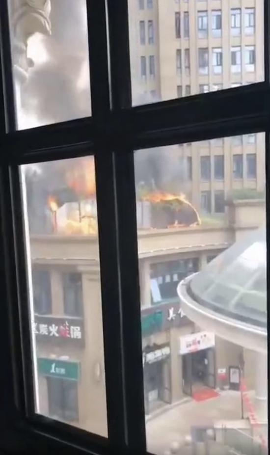 [都市快报]杭州萧山旺角城美食城油烟机起火 所幸无人员伤亡